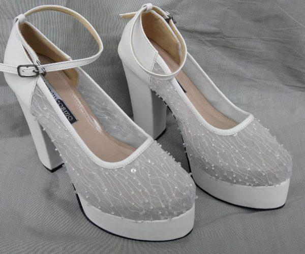 Sepatu pengantin putih
